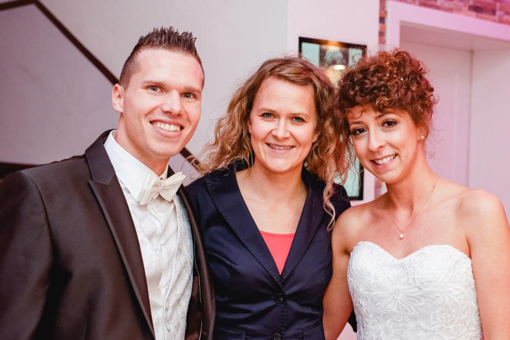 Das Foto zeigt ein Brautpaar neben der freien Traurednerin Ingrid Rupp von freiheiraten
