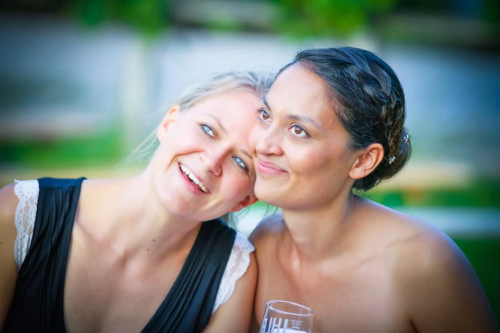 Das Foto zeigt die Braut und die freie Traurednerin Ingrid Rupp von freiheiraten nach der freien Trauung.