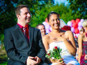 Das Foto zeigt die Braut und Bräutigam während der Erzählung der Liebesgeschichte bei einer freien Trauung