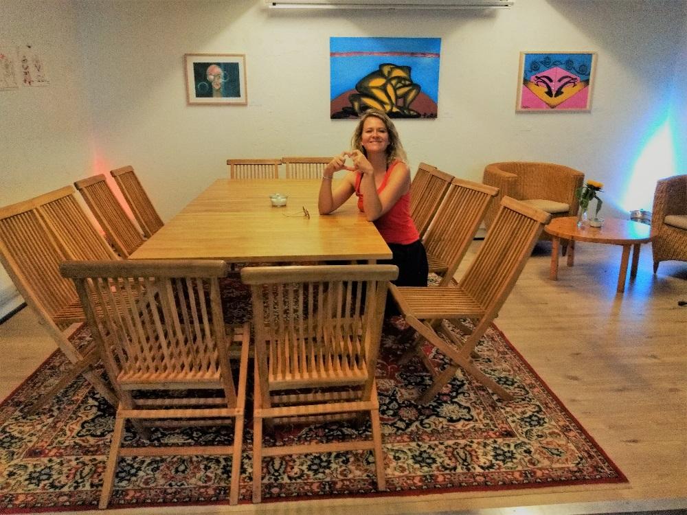 Traurednerin Ingrid holt euch auf die Bühne im Café Leitstelle in Heidelberg-Bergheim