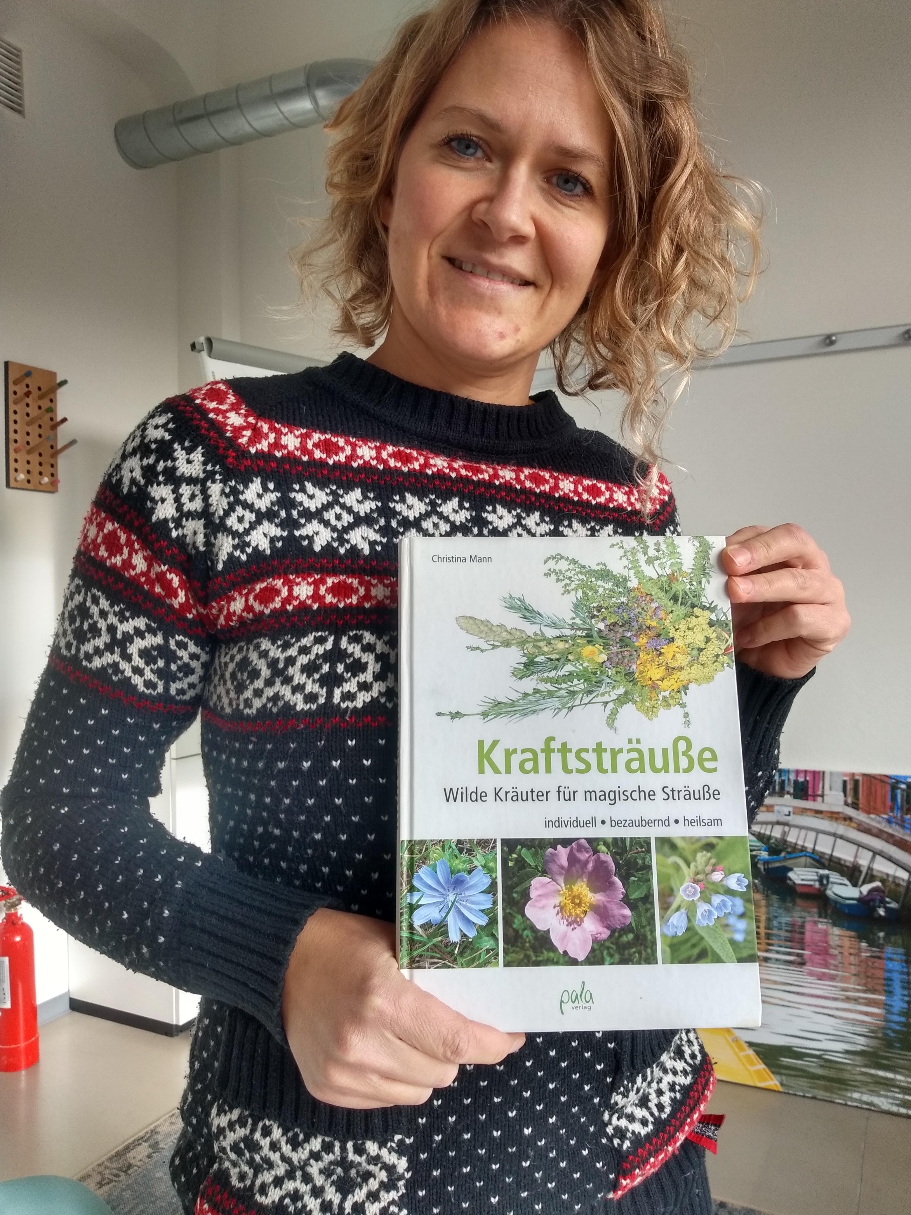 Traurednerin Ingrid mir dem Kraftstrauß-Buch von Christina Mann.