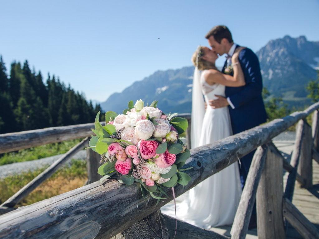 Brautpaar nach der freien Trauung mit Ingrid von freiheiraten in den Alpen