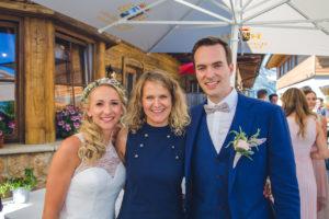 Testimonial-Traurednerin Ingrid mit Brautpaar auf der Alm
