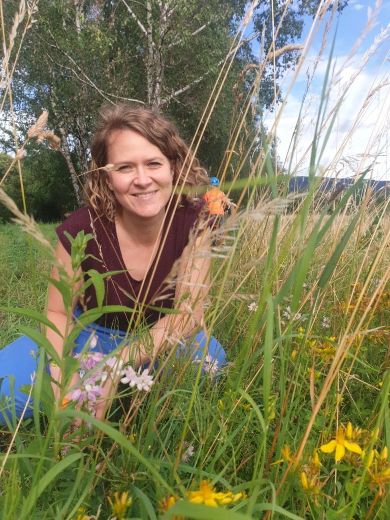 Traurednerin Ingrid in der Blumenwiese