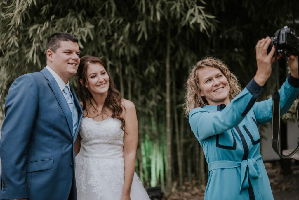 Corona-Hochzeit: Selfie mit Brautpaar.