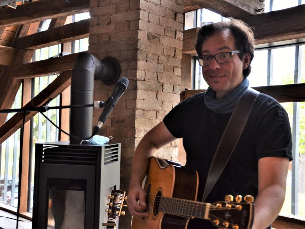 Musiker André rockt im Grenzhof