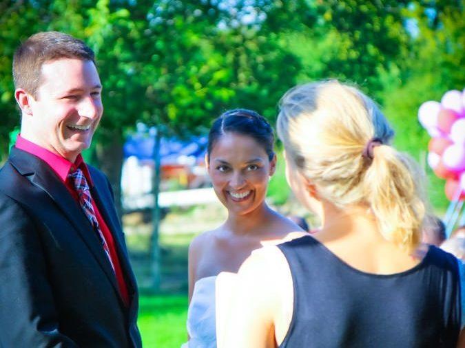 Das Brautpaar vor dem Ringtausch und dem Eheversprechen bei einer freien Trauung.